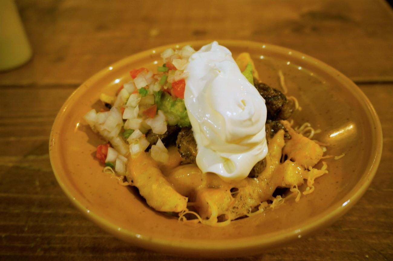 牛肉をライムやパクチーとマリネしたサンディエゴ名物「カーニアサダ・フライズ」は、やみつきになるおいしさ!